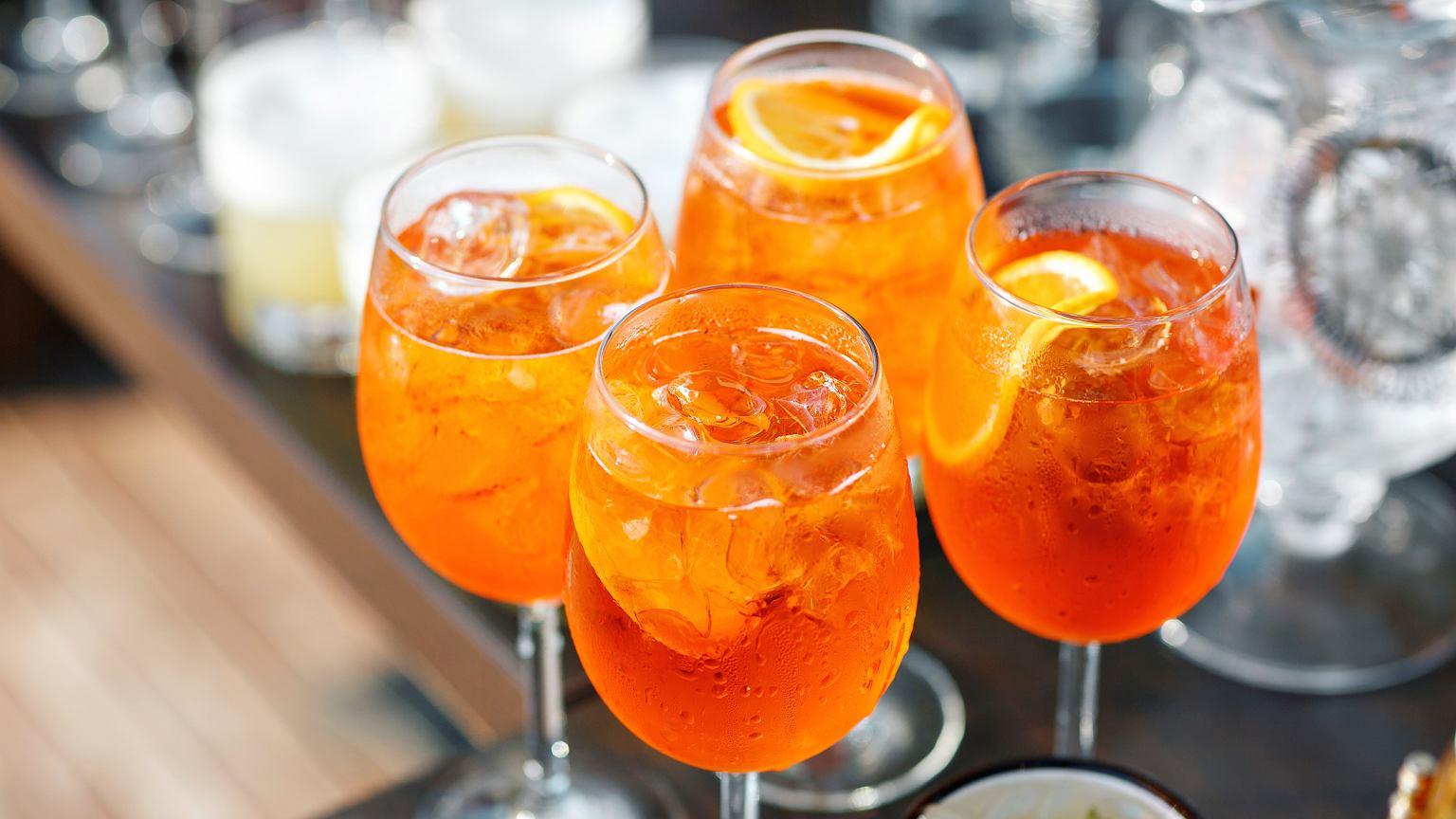 Drink z winem musującym i aperolem