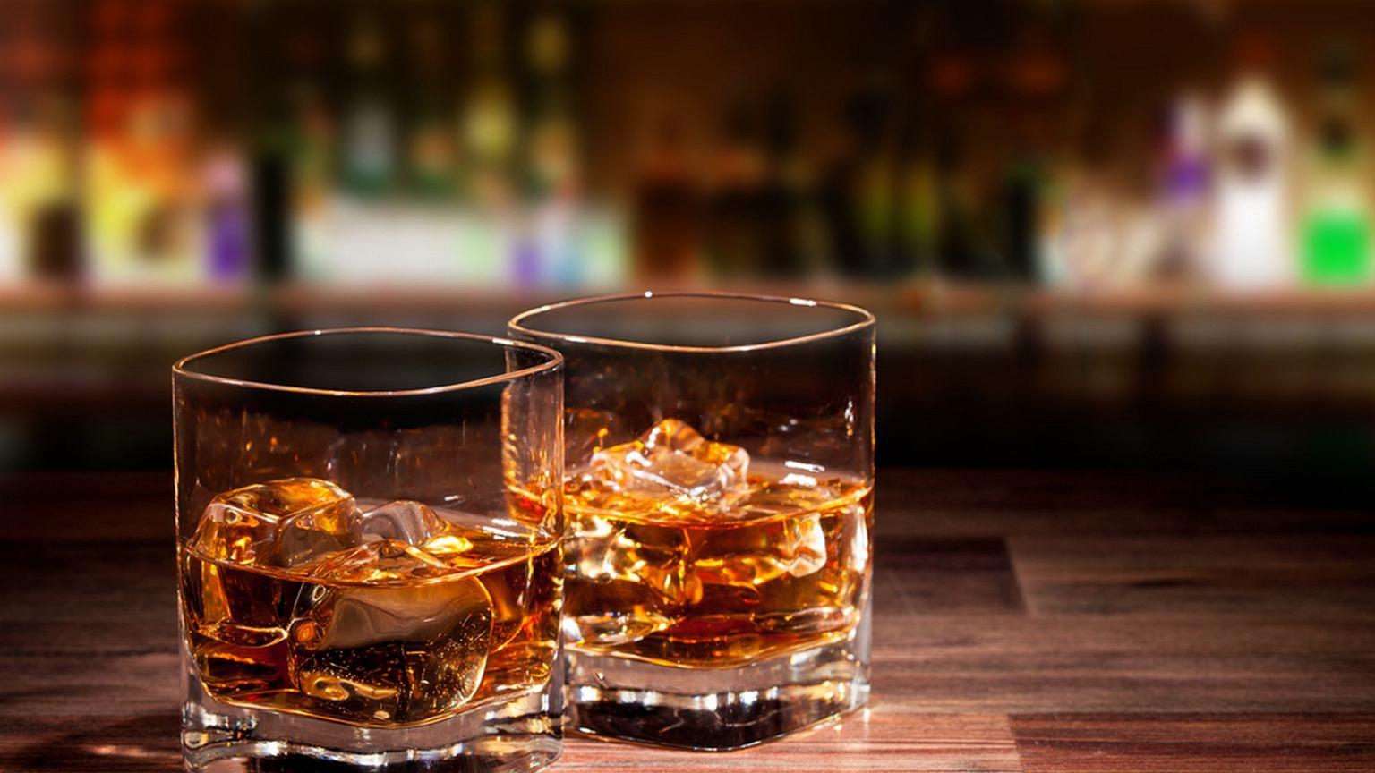 Zimowy drink z whisky i miodem na ciepło