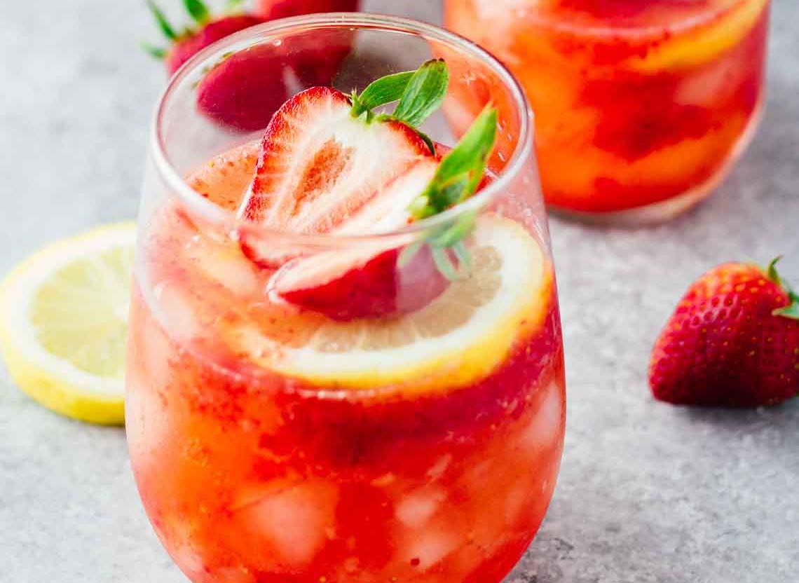 Truskawkowy spritzer czyli jak miło się orzeźwić przy winie i truskawkach!